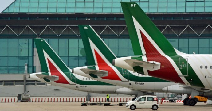 Alitalia, restano solo 260 milioni in cassa. Salvataggio pubblico e nomine nel nuovo cda ostaggio del braccio di ferro nel governo
