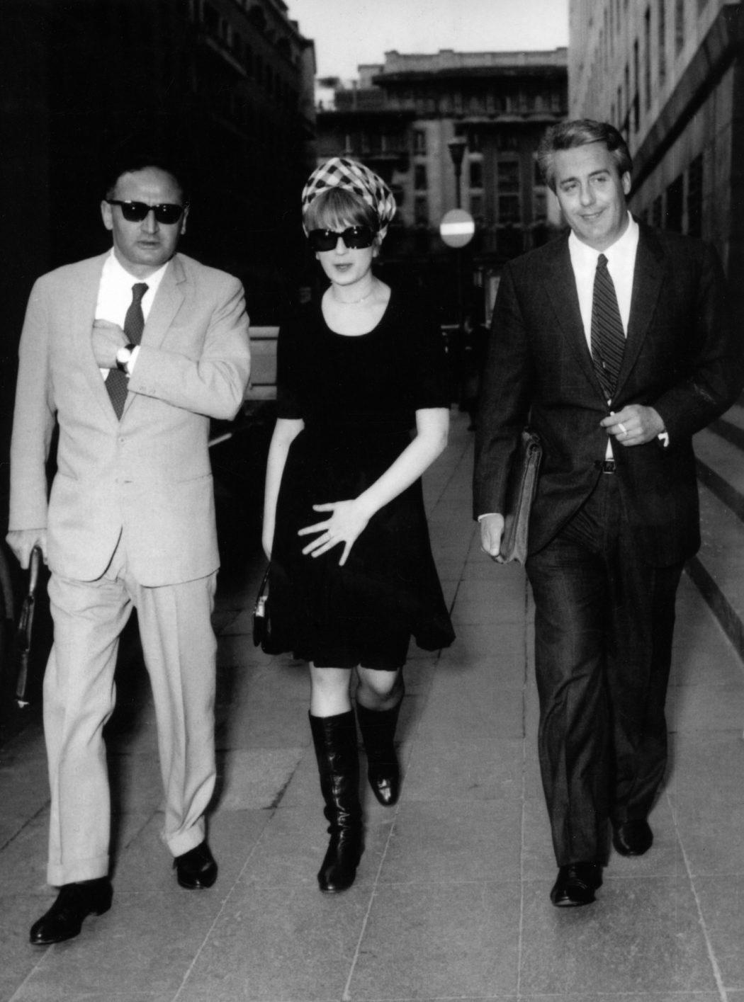 """©lapressespettacolo01-05-1966Minanella foto: causa d'appello tra la casa musicale """"Ducale"""" e la cantante Mina,riconosciuta inadempiente e ondannata al pagamento dei danni. Mina con l'avvocato Renato D'Auria mentre si reca in tribunale."""