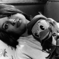©girella/lapressearchivio storicospettacolomusicaanni '50Minanella foto: la cantante Mina con un pupazzo di Paperino