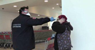 Coronavirus, controllo della temperatura corporea nei supermercati di Milano. Le immagini