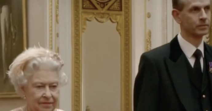 Coronavirus, c'è un solo uomo che può stare accanto alla regina in questo momento e somiglia al principe Filippo (30 anni fa)