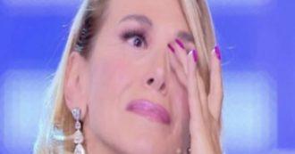 """Barbara d'Urso, petizione per chiudere i suoi programmi. Lucio Presta: """"'Suora laica' in paillettes che produce orrore televisivo"""". Poi si fa una domanda"""