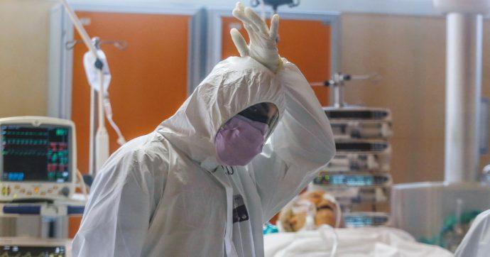Coronavirus, gli infermieri di Prato rassicurano i pazienti con le proprie foto stampate sulla tuta antivirus