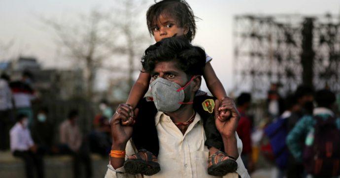 Coronavirus, lockdown in India: video choc di spari e bastonate della polizia a venditori e medici