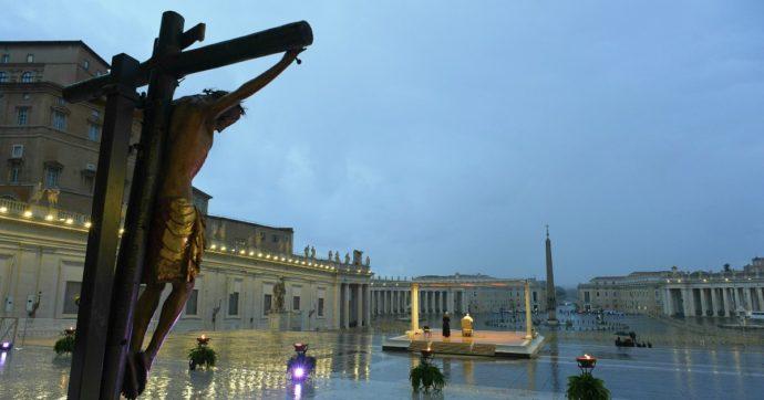 """Coronavirus, danni al crocifisso """"miracoloso"""" portato in piazza San Pietro per la preghiera del Papa: è rimasto per ore sotto la pioggia"""