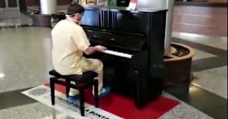"""Coronavirus, il medico pianista suona i Queen dopo il turno nel reparto Covid. Primario: """"Solleva il morale a tutti"""""""