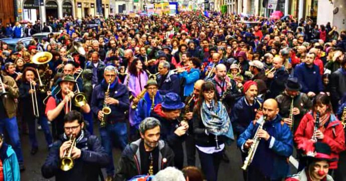 La Banda degli Ottoni a Scoppio diventa un bandaromanzo: carnevale di suoni e miracoli per 35 anni senza spartito e dalla parte degli ultimi