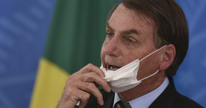 Brasile, Bolsonaro licenzia il ministro della Salute: al suo posto il proprietario di alcune cliniche private pronto a riaprire il Paese