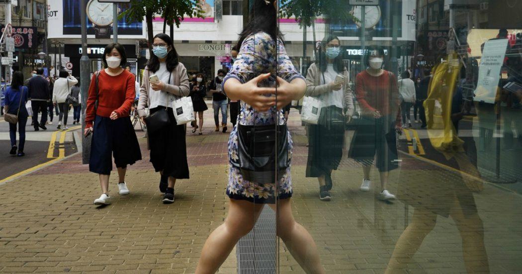 Covid, più di 50mila vittime in Germania. Scatta il primo lockdown per Hong Kong, in Cina test di massa per 2 milioni di persone