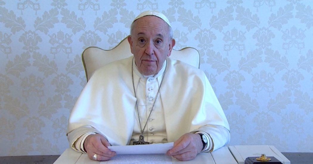 """Coronavirus, il videomessaggio del Papa: """"Momento difficile, aiutiamo le persone più sole"""". E ricorda i deboli, dai malati ai detenuti"""