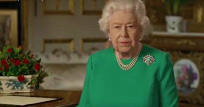 """Regina Elisabetta """"furiosa"""": """"Non guarda il circo di Harry e Meghan, pensa solo al principe Filippo in ospedale"""""""