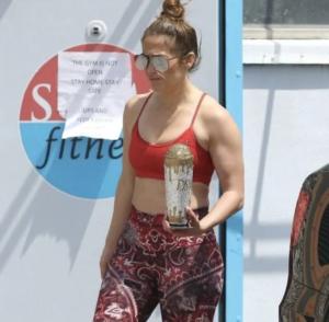 Jennifer Lopez se ne frega delle regole di isolamento e va a