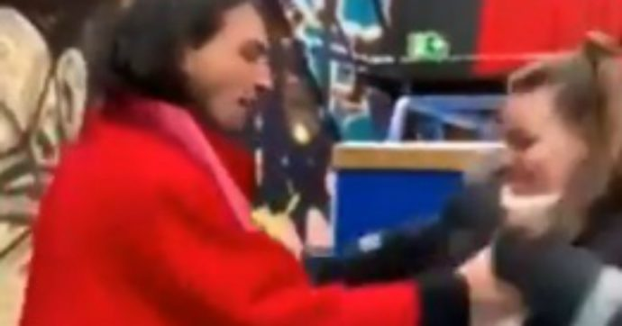 Ezra Miller prende per il collo una fan e la fa cadere a terra: il video che sta facendo discutere