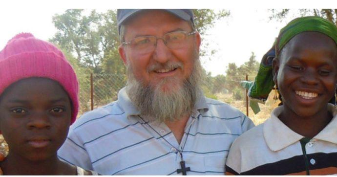 Padre Maccalli, un video diffuso dai media del Niger mostra il missionario ancora vivo. Con lui un altro italiano rapito, Nicola Chiacco