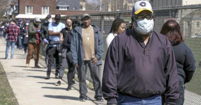 Coronavirus, il Wisconsin non rinuncia alle primarie: in migliaia in fila ai seggi anche senza mascherina