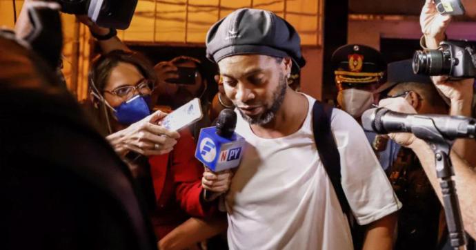 Ronaldinho esce dal carcere pagando una cauzione di 1,6 milioni di dollari. Ora i domiciliari in un hotel di lusso in attesa del processo