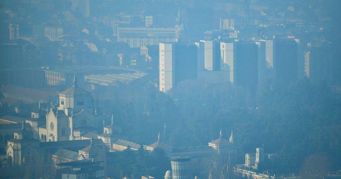 """Coronavirus, lo studio dell'Università di Harvard: """"Correlazione tra smog e aumento del tasso di mortalità per Covid 19"""""""
