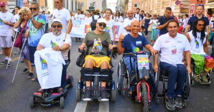 Coronavirus, i video ironici di Carmelo per raccontare la quarantena di un disabile: il progetto di Disability Pride