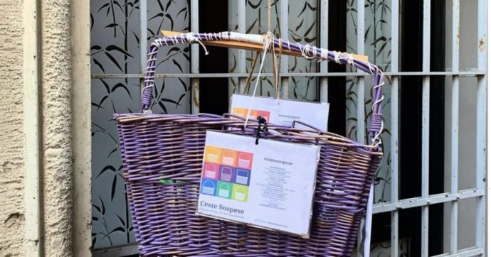 """Pasqua, le ceste sospese dai balconi con dentro cibo ma anche regali e poesie: """"Chi può metta, chi non può prenda"""""""
