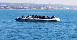 """Migranti, le telefonate dal barcone alla deriva: """"Stiamo affondando. Aiutateci, non abbiamo cibo né acqua. Le persone stanno morendo"""""""