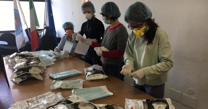 """Coronavirus, Comune di Milano distribuisce gratis mille kit di guanti e mascherine. """"Per tutelare la salute di rider, ristoratori e clienti"""""""