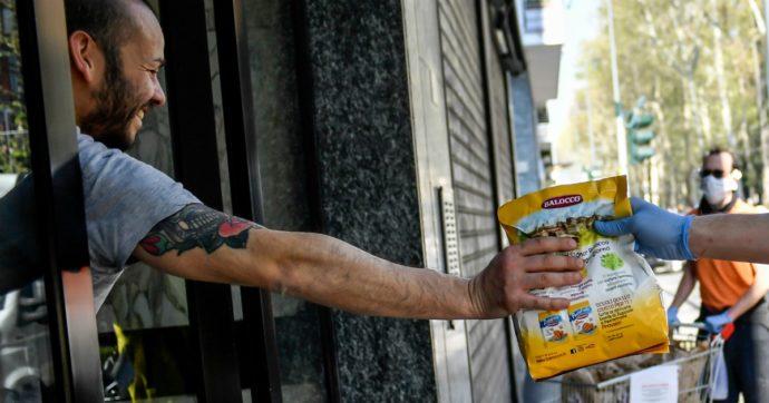 """Coronavirus, circoli milanesi di Lotta Comunista consegnano la spesa a casa dei più bisognosi: """"Abbiamo 500 volontari"""""""