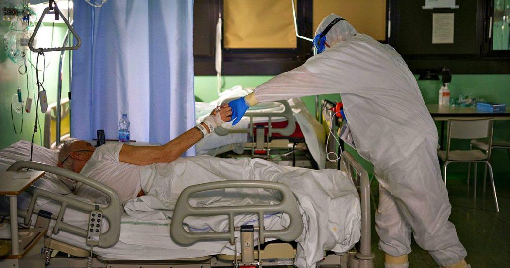 """Coronavirus, gli assistenti sociali nell'emergenza: argine alla solitudine dei pazienti e aiuto per le famiglie. Dalle dimissioni protette alle videochiamate: """"Grazie, forse era l'ultima volta che vedevo mio padre"""""""