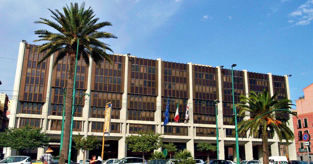 Coronavirus, la Regione Sardegna spende 18,5 milioni di euro per 4 milioni di mascherine da una società calabrese. Lo stesso giorno l'azienda ospedaliera di Sassari le compra a un terzo del prezzo