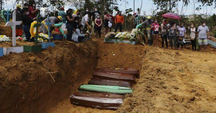 """Coronavirus, in Amazzonia si scavano fosse comuni. Il sindaco di Manaus: """"Siamo al collasso"""" (FOTO)"""