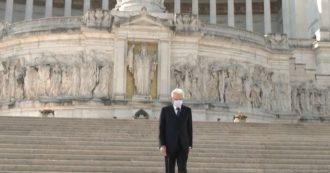 25 aprile, Mattarella omaggia i caduti all'altare della Patria a Roma: da solo e con la mascherina. Il trombettiere suona il Silenzio – le immagini