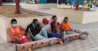 Coronavirus, seduti per terra e legati a una trave di legno sotto il sole: alla gogna in Colombia chi non rispetta la quarantena