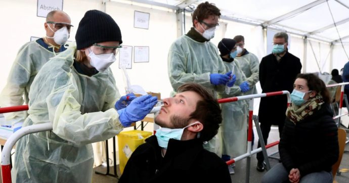 Coronavirus, 'fare tamponi a tappeto abbatte la trasmissione'. Ma l'Italia continua a perdere tempo