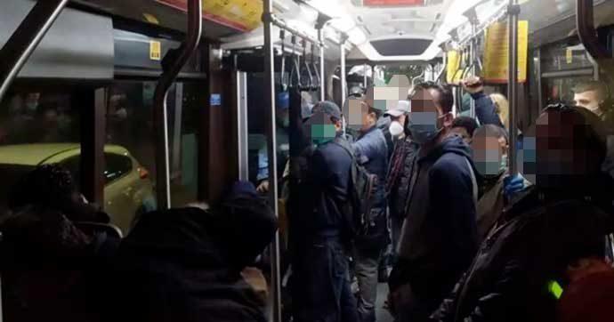 Coronavirus, l'autobus sostitutivo a Milano si riempie alle 5 del mattino. I tranvieri segnalano all'Atm