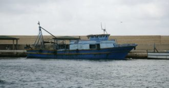 Migranti, Finanza e guardacoste fermano presunta nave madre che trasportava tunisini: fermati 23 pescatori