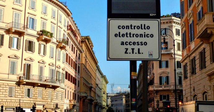 """Coronavirus, mobilità: a Roma ztl sospese ma strisce blu a pagamento, a Milano parcheggi """"di emergenza"""". Le nuove regole nei Comuni"""