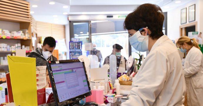 """Coronavirus, Federfarma: """"Le mascherine stanno finendo, troppe sono bloccate"""". Arcuri: """"Due società di distribuzione hanno mentito"""""""