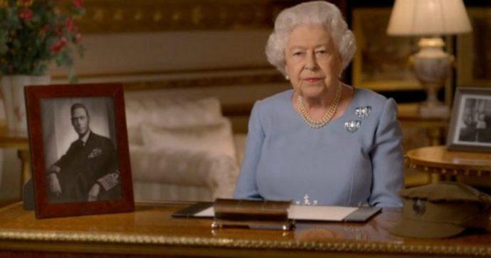 """""""Mai arrendersi, mai disperare"""": la regina Elisabetta esorta i sudditi e mostra le foto del padre"""