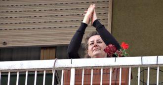 Silvia Romano, la gioia dei vicini di casa per la liberazione: applausi, musica e canti dai balconi della sua via a Milano
