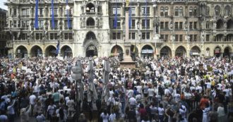 Coronavirus, in Germania in migliaia protestano in strada contro il lockdown. In 3mila a Monaco, 30 arresti a Berlino (FOTO)
