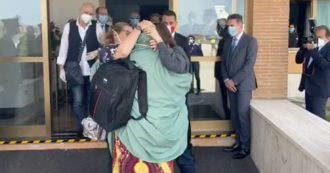 Silvia Romano, il momento dell'arrivo all'aeroporto di Ciampino: i saluti e il lungo abbraccio con la famiglia