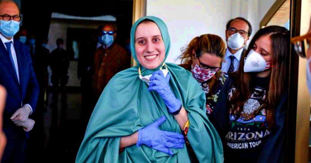 """Silvia Romano: """"Mi sono convertita all'Islam spontaneamente. Ho cambiato quattro covi, i rapitori sempre armati e a volto coperto"""""""