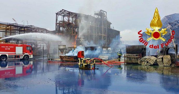 Venezia, esplosione e incendio in industria chimica a Porto Marghera: due ustionati. Cessato allarme inquinamento dopo 4 ore