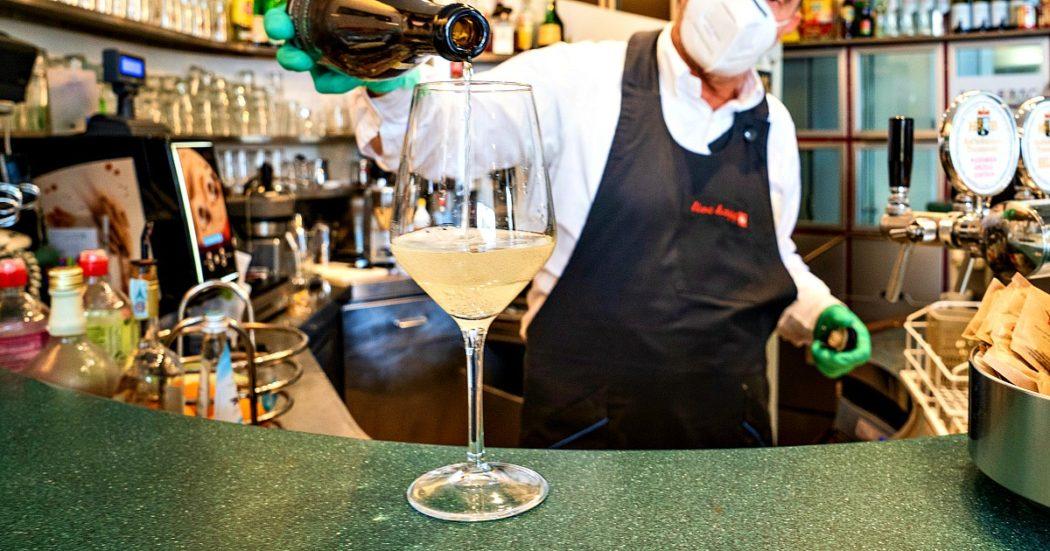 Coronavirus, il Dpcm con le regole della Fase 2b. Bere il caffè al bar, tagliare i capelli, incontrare gli amici: ecco cosa si può fare (e cosa no). Regioni decidono date e protocolli: Liguria anticipa sulle palestre