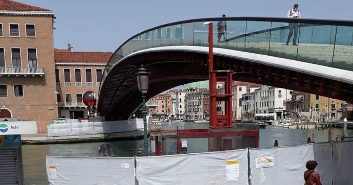 Venezia, costata due milioni e mai davvero utilizzata: il Comune smantella l'ovovia per disabili sul ponte di Calatrava