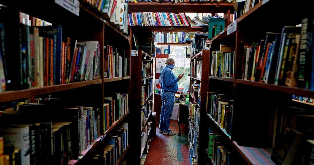 Riordinare le librerie  è ricordare i vecchi flirt
