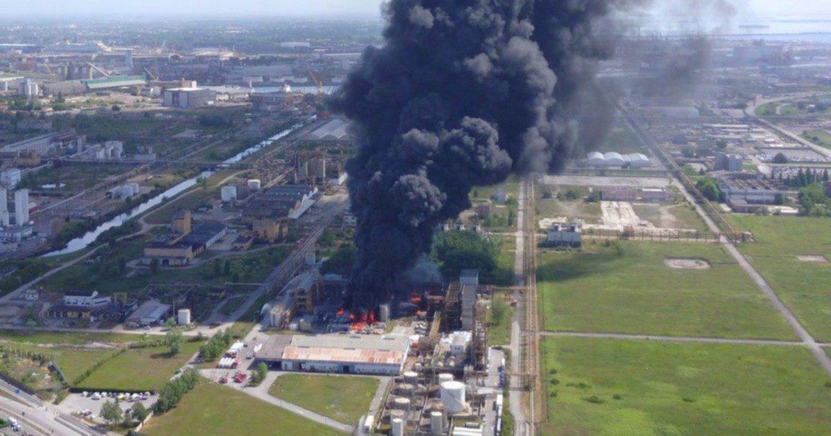 """A fuoco un'azienda chimica """"Troppe denunce ignorate"""""""