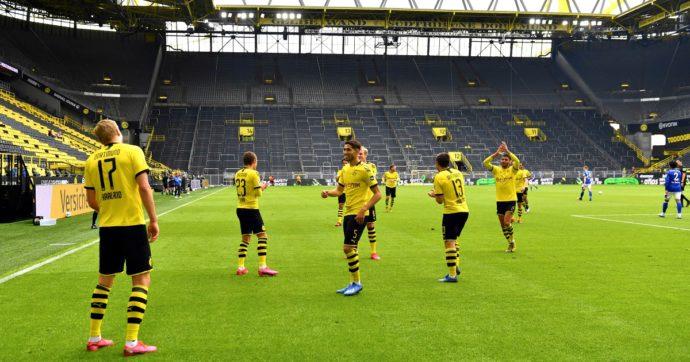 Coronavirus, la Bundesliga e le contraddizioni del calcio nella pandemia: sport di contatto in cui è vietato abbracciarsi dopo un gol