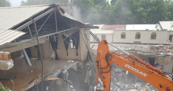 """Albania, il Teatro Nazionale di Tirana demolito tra le proteste: fermate 64 persone. Deluse le associazioni: """"Lo Stato italiano intervenga"""""""