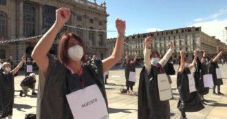 """Coronavirus, a Torino infermieri protestano davanti al Palazzo della Regione incatenati e vestiti """"a lutto"""": """"Si sono dimenticati dei loro eroi"""""""