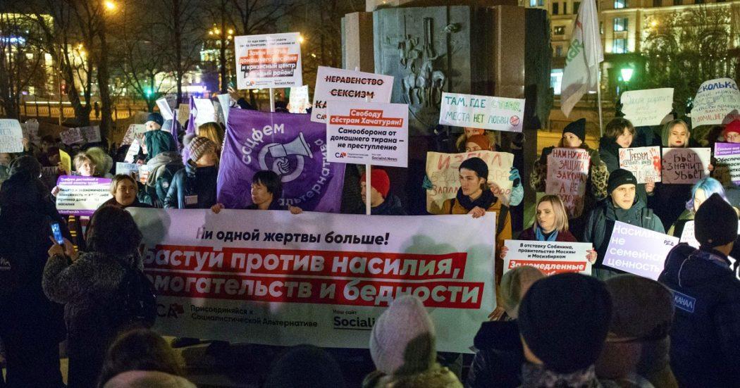 Coronavirus, in Russia impennata di violenze domestiche durante lockdown: Stato inerte e donne multate quando fanno denuncia